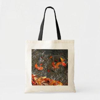 Feuille de chute dans la photographie d'automne de tote bag
