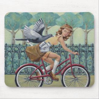 Fille et bicyclette Mousepad de journal Tapis De Souris