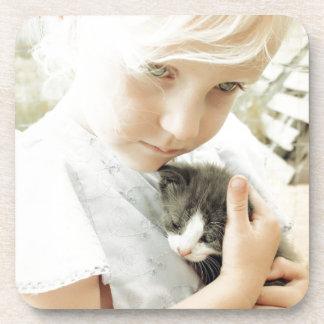 Fille et chaton dessous-de-verre