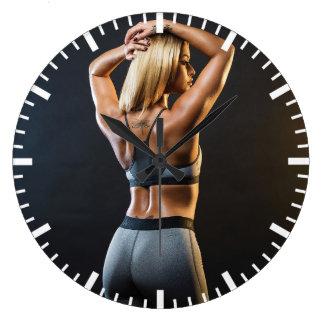 Fille féminine chaude de forme physique grande horloge ronde