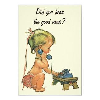 Fille mignonne parlant au téléphone, changement carton d'invitation 8,89 cm x 12,70 cm