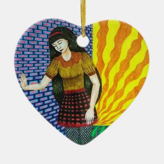 Fille se penchant sur le mur de briques dans ornement cœur en céramique