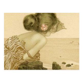 Fille vintage de mer avec la carte postale de rose