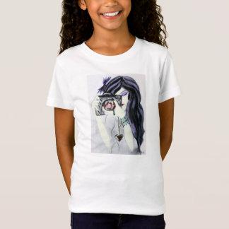 Fille violette de vampire avec le T-shirt