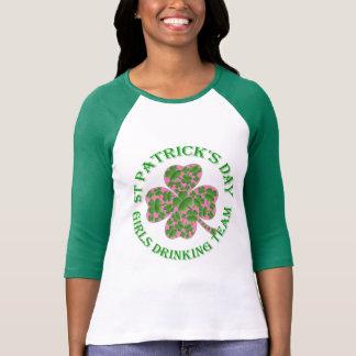 Filles de jour de St Patrick buvant l'équipe T-shirt