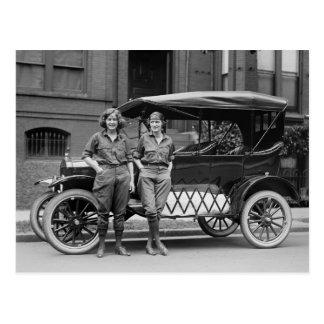 Filles de voiture ancienne, les années 1920 carte postale