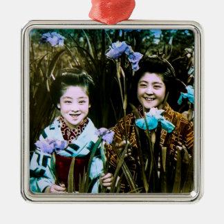 Filles japonaises d'école dans le cru de jardin ornement carré argenté