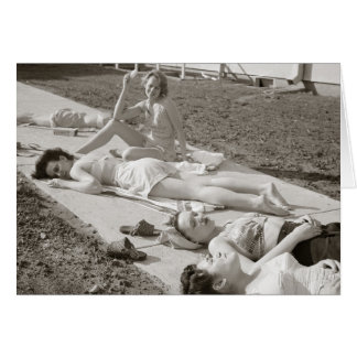 Filles prenant un bain de soleil, 1943 carte