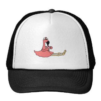 Flamant rose drôle sirotant la boisson tropicale casquette de camionneur