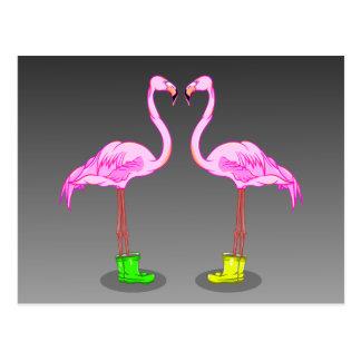 Flamants roses portant des bottes de caoutchouc carte postale