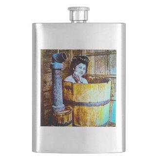 Flasque Geisha vintage se baignant dans le baquet en bois