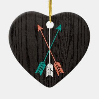 Flèches esquissées sur la fibre de bois ornement cœur en céramique