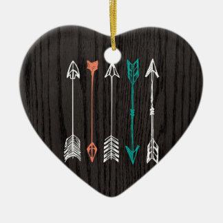 Flèches tirées par la main sur la fibre de bois ornement cœur en céramique