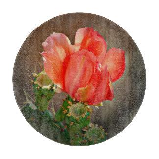Fleur de cactus dans la planche à découper ronde