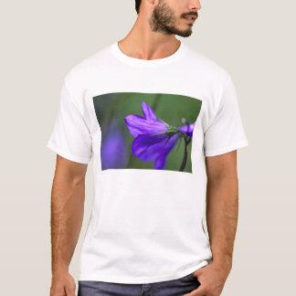 Fleur de jacinthe des bois dans le passage de t-shirt