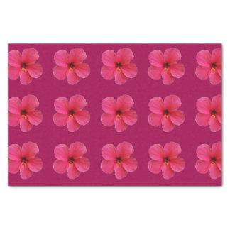 fleur rose sur le papier de soie de soie pourpre