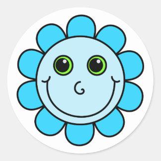 Fleur souriante bleue de visage sticker rond