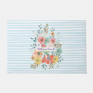 Fleurs bienvenues d'amis sur le tapis de porte de