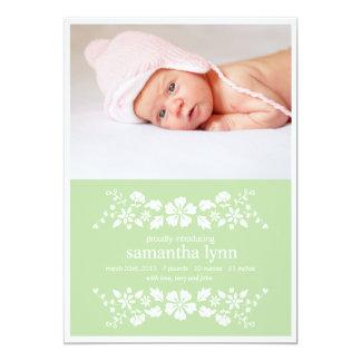 Fleurs blanches de faire-part de naissance vert