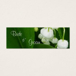 Fleurs blanches épousant l'étiquette de carte de