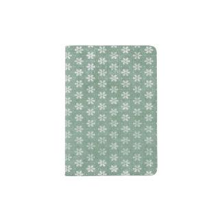 Fleurs blanches grunges vintages sur le vert protège-passeports