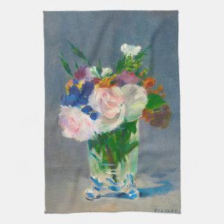 Fleurs dans un vase en cristal par la serviette de serviettes éponge