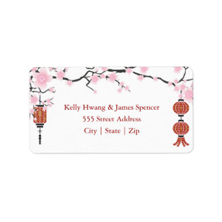 Fleurs de cerisier et étiquettes rouges des