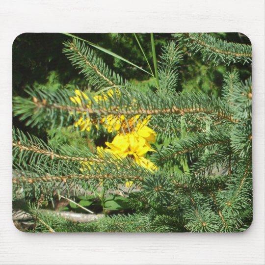 Fleurs et pin jaunes tapis de souris
