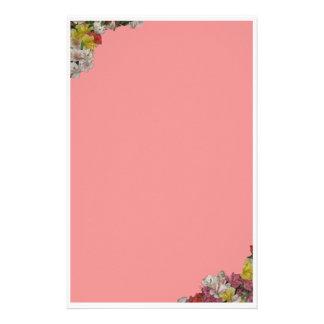 Fleurs multicolores sur la papeterie rose