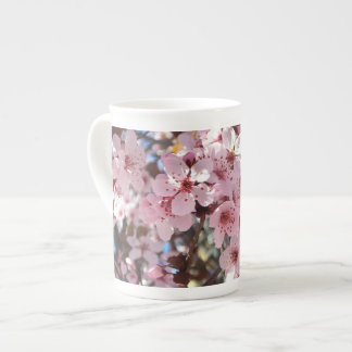 Fleurs roses sur l'arbre fleurissant de ressort mug