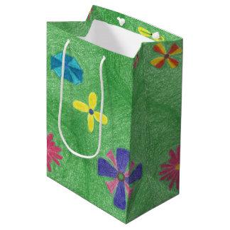 Fleurs sur le sac moyen de cadeau de collines