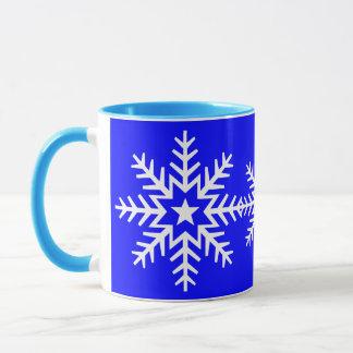 Flocon de neige blanc géant sur la tasse bleue
