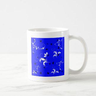 Floral blanc bleu avec les papillons noirs mug