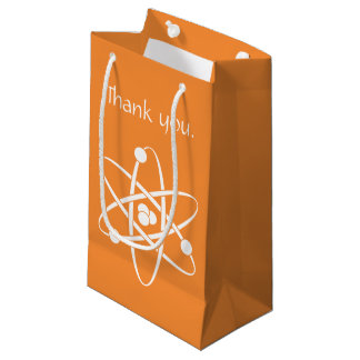 Forces attrayantes dans le sac orange de cadeau