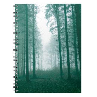 Forêt d'imaginaire avec le brouillard en vert carnet