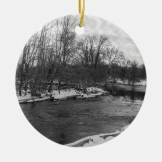 Gamme de gris de James River de beauté de neige Ornement Rond En Céramique