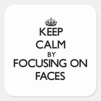 Gardez le calme en se concentrant sur des visages sticker carré