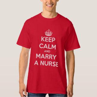 Gardez le calme et épousez une infirmière t-shirt