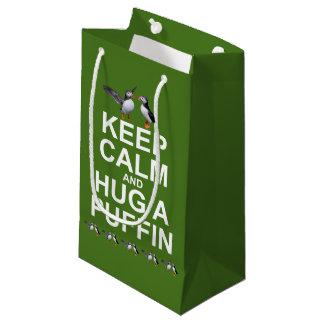 Gardez le calme et étreignez un sac de cadeau de
