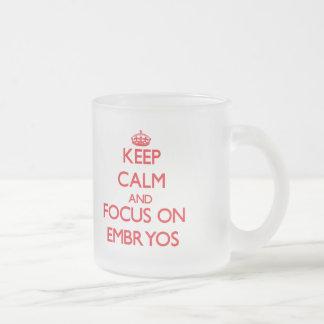 Gardez le calme et le foyer sur des EMBRYONS Tasses