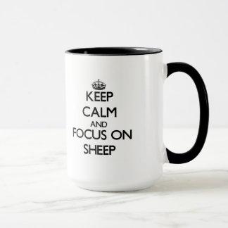 Gardez le calme et le foyer sur des moutons mug