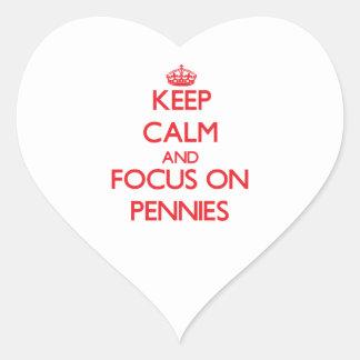 Gardez le calme et le foyer sur des penny autocollants en cœur
