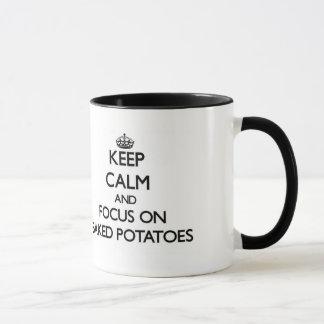 Gardez le calme et le foyer sur des pommes de mug