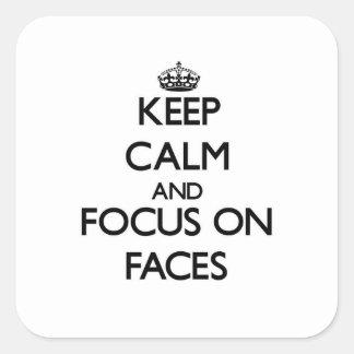 Gardez le calme et le foyer sur des visages autocollant carré