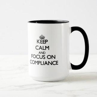 Gardez le calme et le foyer sur la conformité mug