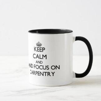Gardez le calme et le foyer sur la menuiserie mug