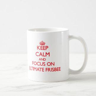 Gardez le calme et le foyer sur le frisbee final mug blanc