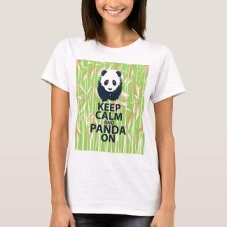 Gardez le calme et le panda sur le bambou unique t-shirt