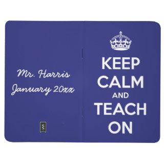 Gardez le calme et l'enseignez sur le journal bleu