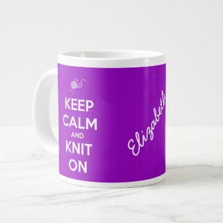 Gardez le calme et tricotez sur Fuschia a personna Mug